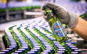 Flaskor med alkoholfri öl i rader på produktionsband