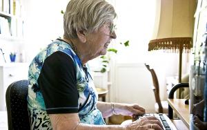 Äldere kvinna framför dataskärm