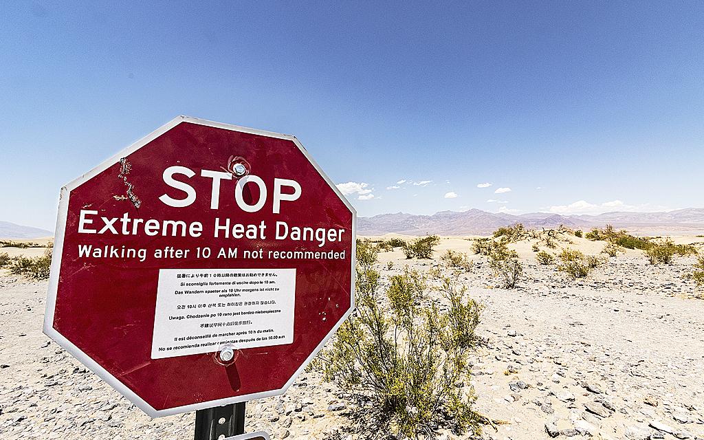 Stoppskylt som varnar för extremt höga temperaturer i amerikansk nationalpark.