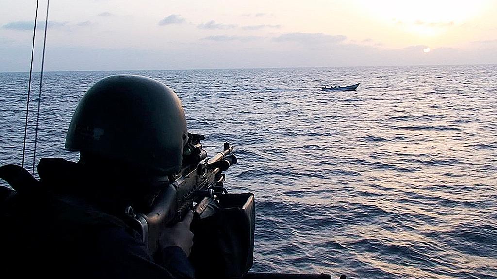 Militär spanar mot fartyg