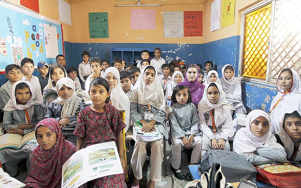 Flickor i klassrum i pakistansk skola