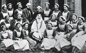 Florence Nightingale fotad tillsammans med sin avgångselever 1886