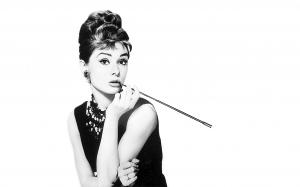 Svartvitt fotografi av Audrey Hepburn