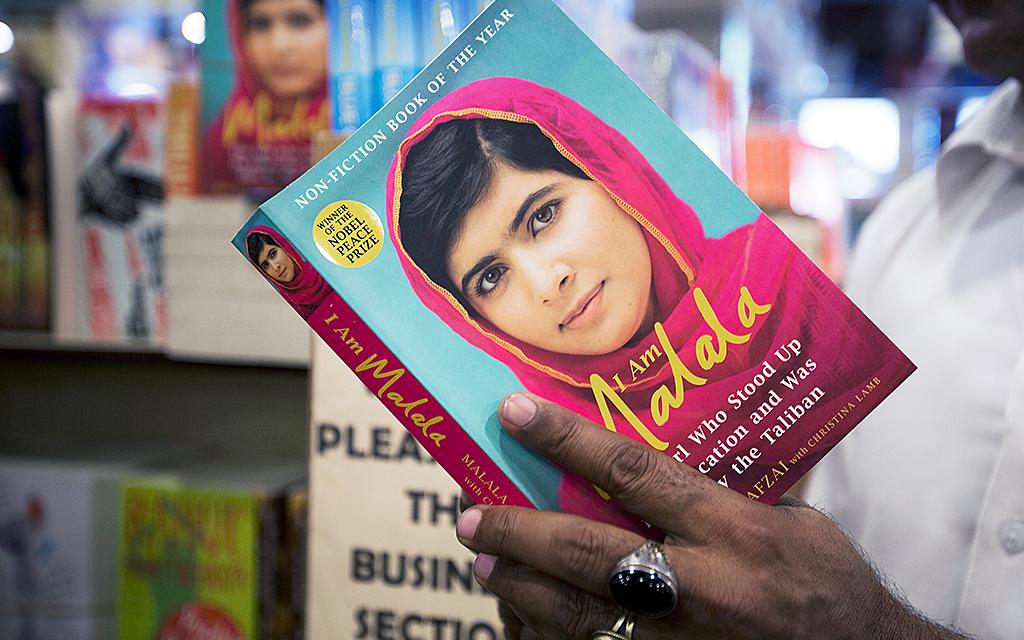 Hand håller i boken I am Malala