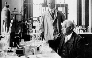 Svante Arrhenius vid skrivbord i laboratoriemiljö