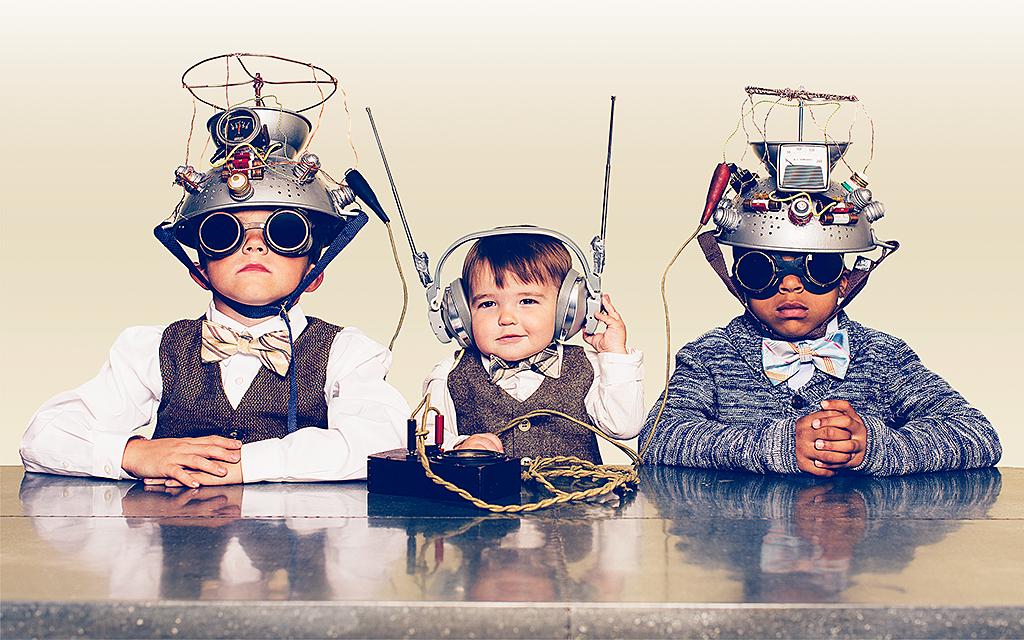 Tre pojkar med naiva tekniska utrustningar