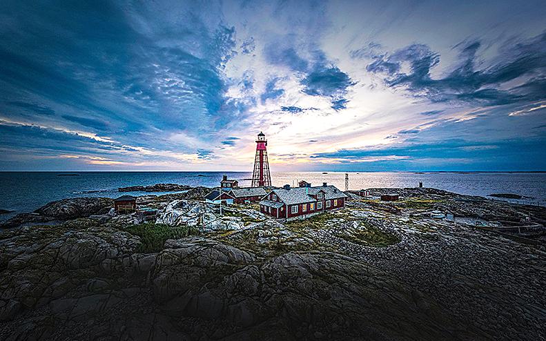 Stämningsfull bild på ön Pater Noster utanför Göteborg i solnedgång
