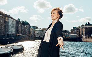 Lydia Sandgren framför vattnet på Lejontrappan i Göteborg