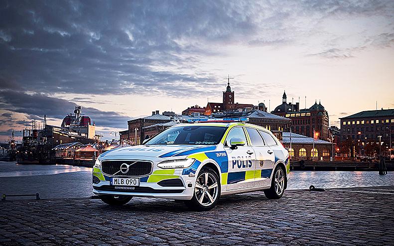 Ny polisbil i kvällsljus