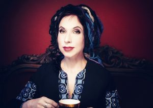 Sofie Oksanen dricker en kopp kaffe.