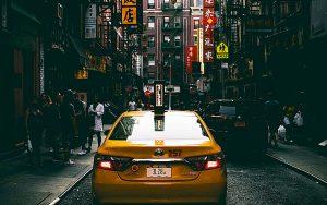 Gul taxi på gata i Chinatown, New york